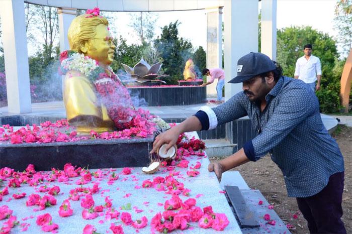 manchu manoj,tributes,dasari narayana rao,3rd death anniversary  దాసరికి నివాళులర్పించిన హీరో మనోజ్ మంచు