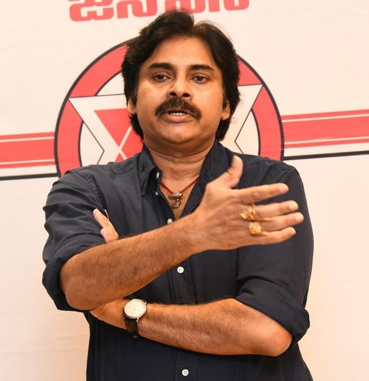 pawan kalyan,nadendla manohar,janasena party,pawan fires on ap government,house arrest  అరెస్టులతో అడ్డుకోలేరు: పవన్