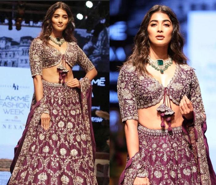pooja hegde,ramp walk,lakme fashion week,heroine pooja hegde  పూజా హెగ్డే మతి పోగొట్టేసిందిగా..!
