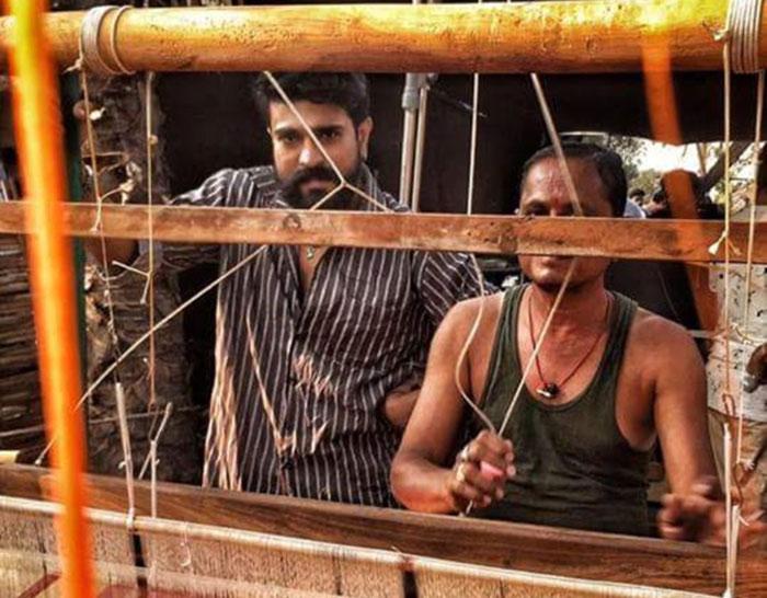 ram charan,rangasthalam movie,new look,sukumar  చరణ్ లుక్ చెప్పేస్తుంది రంగస్థలం గురించి!!