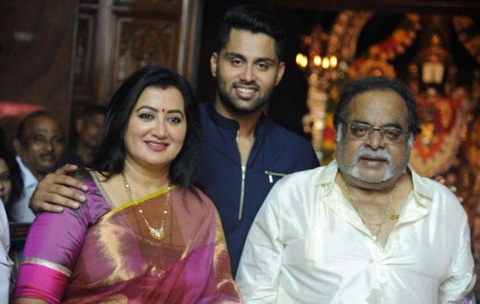 sumalatha,ambareesh,son abhishek,movie,aamar  ఒకప్పటి టాప్ హీరోయిన్ వారసుడొస్తున్నాడు!