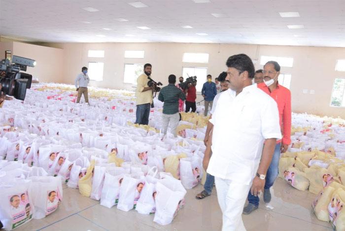 talasani srinivas yadav,donates,daily essentials,tollywood,cine workers  సినీకార్మికులకు తలసాని సాయం!