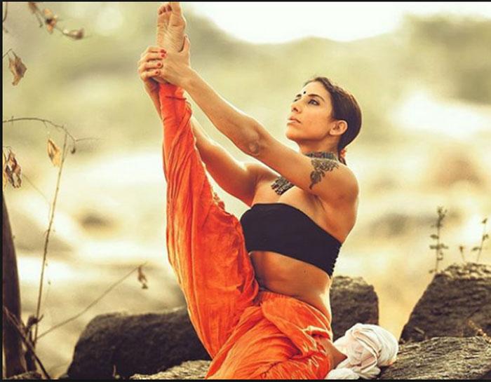 deepika mehta,yoga trainer,famous celebrities,social media  ఔరా.. యోగాసనాలతో అదరగొడుతోంది!